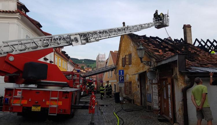Lidé přispěli ženě, které shořel dům v Českém Krumlově, přes tři sta tisíc korun