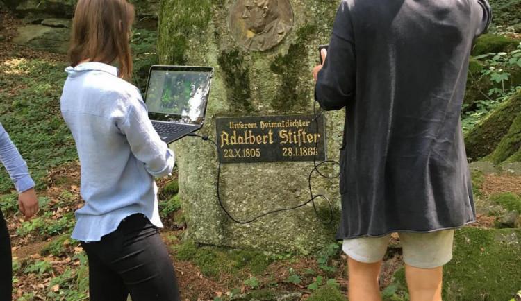 Studenti VŠTE vytvářejí kopii Stifterova obelisku 3D technologií. Zmenšeniny by mohly být památkou pro turisty