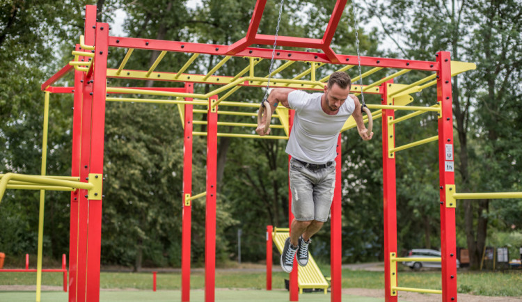 Nové budějcké workoutové hřiště otestoval fitness trenér. Osobně projektu fandím, řekl