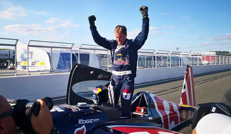 VIDEO: Český pilot Martin Šonka suverénně vyhrál závod Red Bull Air Race v Kazani
