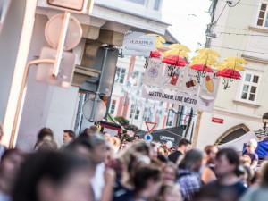 Deštníky v Krajinské budou vbarvách české trikolóry, říká produkční festivalu Město lidem, lidé městu