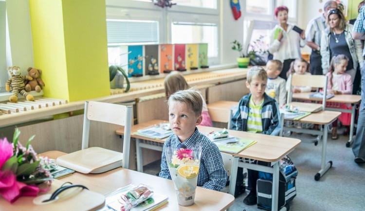 Děti se po dvouměsíčních prázdninách vrací do škol.  Na jihu Čech usedne do lavic 83 500 žáků