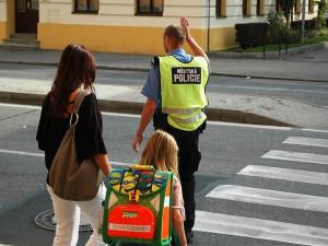 Strážníci a dobrovolníci vČeských Budějovicích obsadí přechody pro chodce u škol