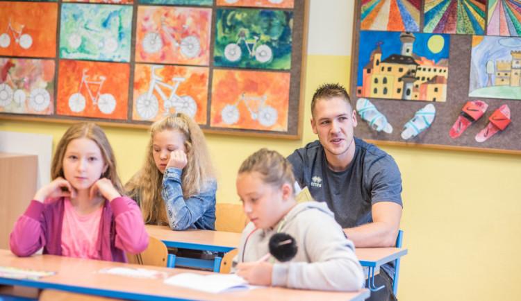 FOTO: V budějcké základní škole Oskara Nedbala pasovali na prvňáčky jedenadevadesát dětí
