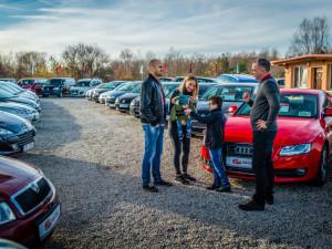 I prodej a výkup aut se dá dělat srdcem. Dokazuje to Dan a Syn