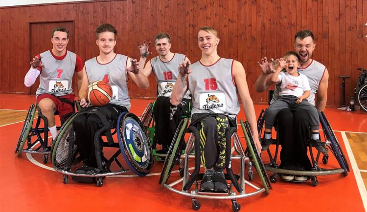 Basketbal bez nohou a kroků? I to se dá. Na vozíku. Sport, který dává dohromady svět zdravých a postižených, se usazuje v Budějcích