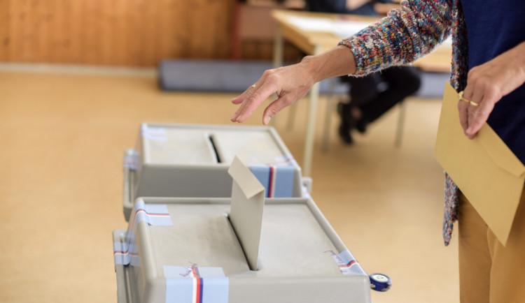 VOLBY 2018: Volební místnosti se otevřely. Lidé v Budějcích vybírají ze čtrnácti uskupení