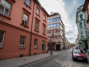 Budějcký Brouk a Babka funguje přes 83 let. Najdeme v něm obchod, bar i firmy