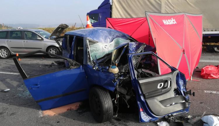 Tragická nehoda uzavřela silnici mezi Táborem a Milevskem. Řidička nepřežila střet s kamionem