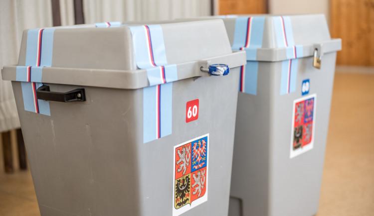 Volební místnosti jsou otevřené. Lidé volí nového senátora