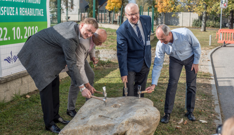 Budějcká nemocnice zahájila stavbu nového pavilonu transfuze a rehabilitace, ale i prádelny
