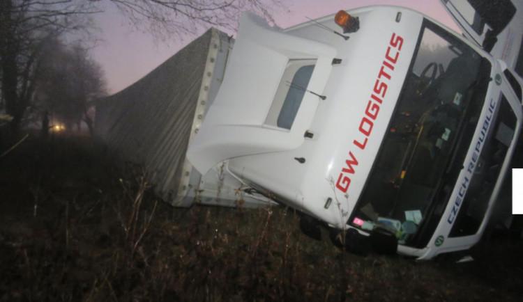Mezi Blažejovicemi a Volary havaroval kamion se dřevem. Silnice je uzavřená