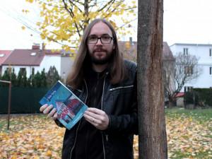 Jihočeský spisovatel Václav Votruba se vrací do pochmurné Šumavy. Vydává knihu Šumavský Děs II