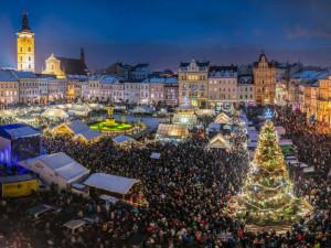 FOTO: Budějcké náměstí rozsvítil vánoční stromek. Adventní trhy jsou v plném proudu