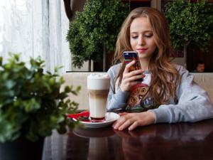 Na Štědrý den Češi přestávají SMSkovat, letos víc frčela data a volání přes internet