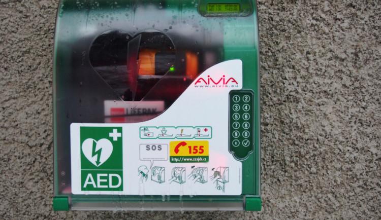 Na Kleti je nově umístěný defibrilátor. Použít ho zvládne i laik