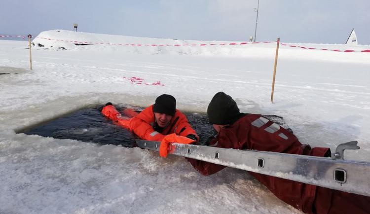FOTO: Při proboření ledu nezmatkovat, varují záchranáři
