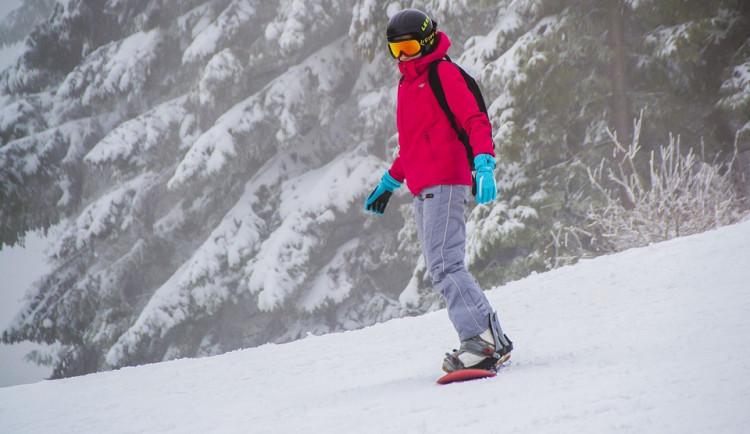Nedělní snowboarding skončil těžkým zraněním. Na Lipno letěl vrtulník