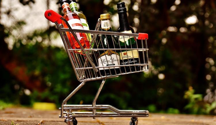 Česká obchodní inspekce si posvítila na prodej alkoholu mladistvým. Více než polovina prodejců porušila zákon