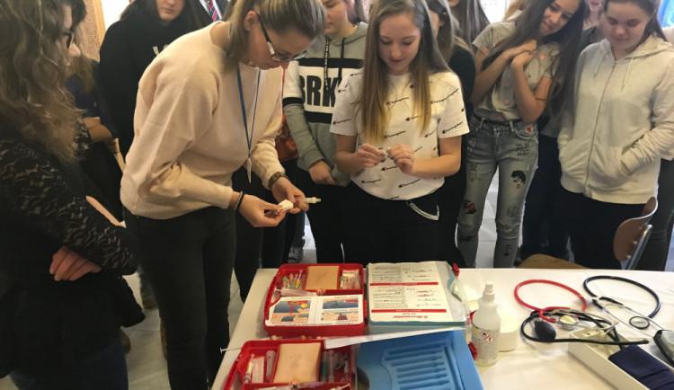 Budoucí studenti středních škol si v prachatické nemocnici vyzkoušeli odběry krve nebo resuscitaci