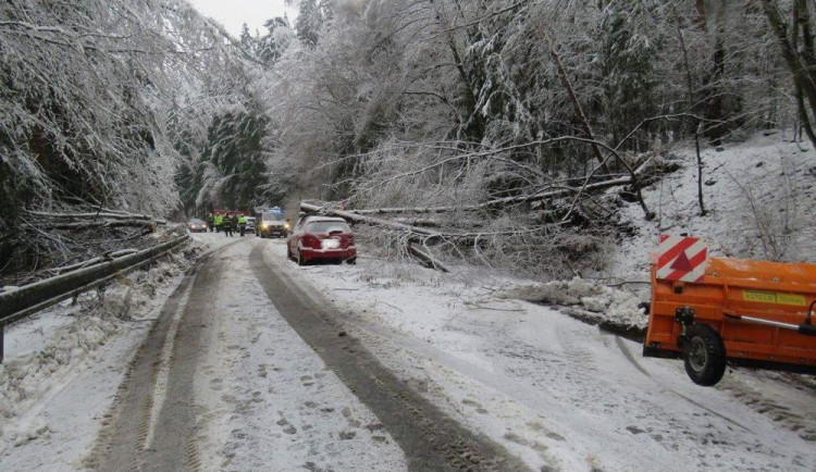 Hasiči celou noc odklízeli následky sněhové nadílky, která se včera přihnala do Česka. Některé domácnosti jsou stále bez proudu