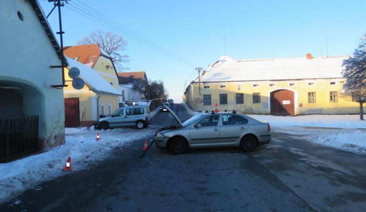 Při nehodě u Strunkovic nad Blanicí se zranili tři lidé. Škoda je přes sto tisíc korun
