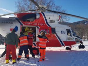 Při odklízení sněhu spadl ze střechy, letěl pro něj vrtulník
