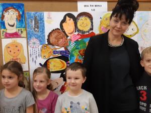 Děti z rudolfovské školy kreslí obrázky pro UNICEF