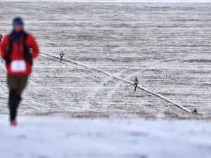 Maratonci se na lipenské přehradě bořili do sněhu i ledu