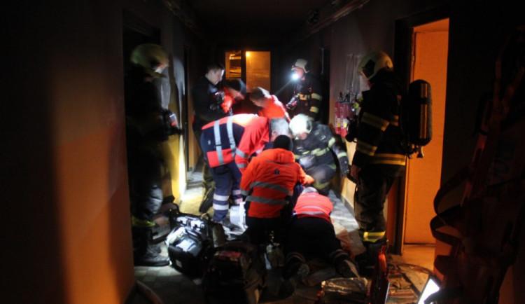 Hasiči v noci evakuovali 80 lidí z ubytovny, jedna žena zemřela