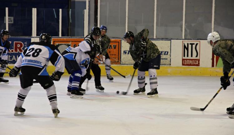 Vyměnili uniformy za dresy. Vojáci ze Strakonic uspořádali hokejový turnaj