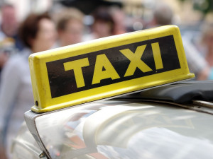 Taxíky nebudou muset mít taxametr, schválila to vláda