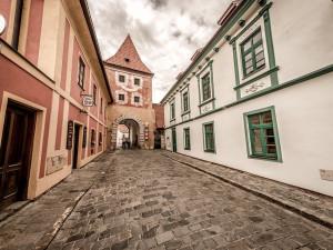 Majitelé domů v centru Českého Krumlova do něj budou moci kdykoli vjet