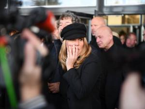 FOTO, VIDEO: S Jiřím Pomeje se přišly rozloučit stovky lidí. Nechyběli ani kolegové z herecké branže