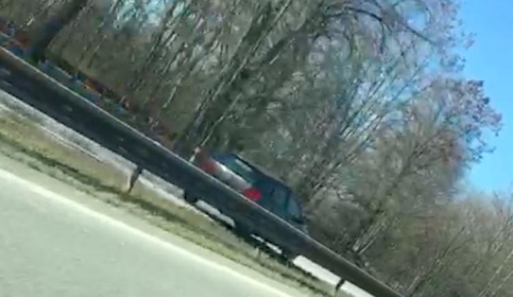 VIDEO: Řidič uháněl po hlavní silnici z Budějc v protisměru