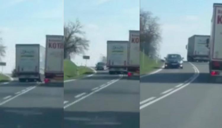 VIDEO: Další nebezpečné předjíždění. Kamioňák o kousek minul osobní auto