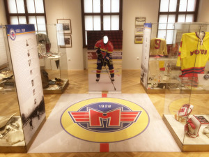 SOUTĚŽ: Vyhrajte puk a brožuru z limitované edice k výstavě Jihočeského muzea