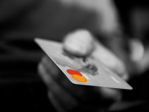 Zloděj ukradl kreditku, napsaný PIN v peněžence mu ulehčil práci s vybíráním peněz