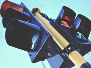 Nové nastavení semaforů má urychlit jízdu po Budějcích, řidičům se uleví