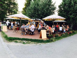 Pojízdná kavárna na Sokoláku zůstane. Lidem se otevře i tenisový kurt