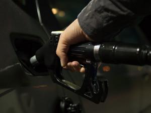 Řidiči na jihu Čech tankují nejlevnější benzin