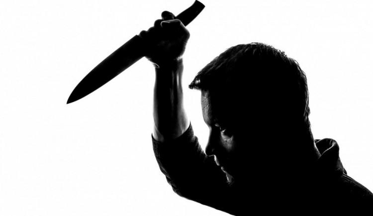 Slovní útoky před barem vyvrcholily fyzickým napadením, agresor vytáhl nůž