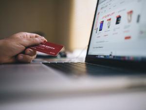 Průzkum: Kartou platíme v kamenných prodejnách, e-shopy zaostávají