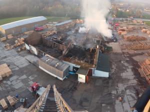V Mirkovicích hořela pila, škody půjdou do desítek milionů. Hasiči vyhlásili třetí stupeň požárního poplachu