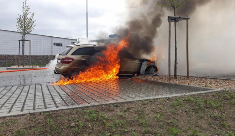 FOTO: V Plané hořel Mercedes, škoda je sto padesát tisíc korun