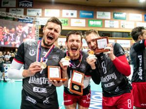 FOTO/VIDEO: Tři tisíce fanoušků hnaly Jihostroj za titulem. Volejbalisté po dvou letech vrátili titul na domácí půdu