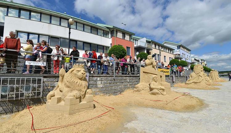 Pískoviště v Písku nabízí sochy, dračí lodě i historii fotbalu