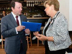 Petici z Hluboké má ministr kultury. Chce o zavřené zahradě jednat s Národním památkovým ústavem