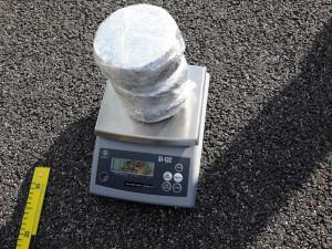 FOTO: Celníci zastavili na dálnici D3 osobák, našli v něm skoro kilo a půl heroinu