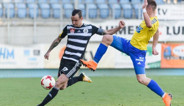V posledním zápase doma Dynamo rozdrtilo Varnsdorf a po zápase převzalo pohár pro vítěze FNL